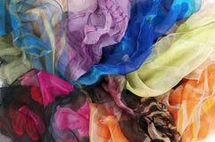 Écharpes en soie colorées sur le fond blanc Images stock