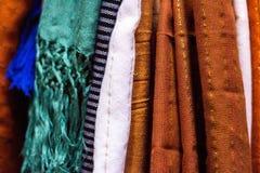 Écharpes en soie d'agave coloré - plan rapproché Image libre de droits