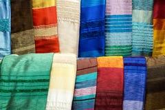 Écharpes en soie d'agave coloré sur un marché à Marrakech Photos libres de droits