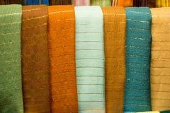 Écharpes en soie d'agave coloré sur un marché au Maroc Photographie stock libre de droits