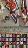 Écharpes et relations étroites en vente, Bellagio, lac Como Photos stock