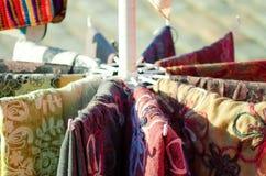 Écharpes multicolores de tissu Plan rapproché photo libre de droits