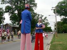 Échasse-marcheurs au quart du défilé de juillet Images libres de droits