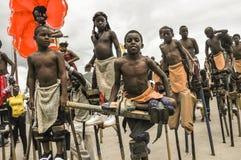 Échasse-marcheurs d'enfant sur le point d'avoir leur concurrence au carnaval au Trinidad Photos libres de droits