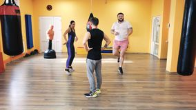 Échauffement avant la formation de boxe Entra?nement personnel Entraîneur et formation privée Exercices spéciaux Club de forme ph banque de vidéos