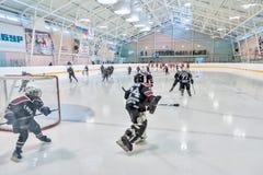 Échauffement avant le jeu des équipes de glace-hockey d'enfants Photographie stock