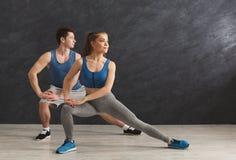 Échauffement de couples de forme physique étirant la formation à l'intérieur Images stock