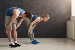 Échauffement de couples de forme physique étirant la formation à l'intérieur Photo stock