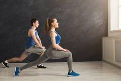 Échauffement de couples de forme physique étirant la formation à l'intérieur Photo libre de droits