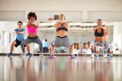 Échauffement de groupe de forme physique avec l'instructeur féminin Image stock