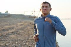 Échauffement de jeune homme au début de la matinée Photographie stock libre de droits