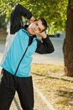 Échauffement de jeune homme au début de la matinée Image stock