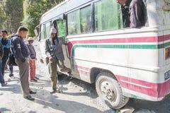 Échec de l'autobus sur un Népalais de route inégale Images libres de droits