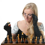 Échecs blonds de pièce de femme Photographie stock libre de droits
