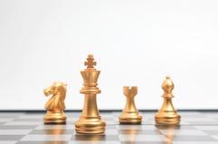Échecs d'or sur le jeu de société d'échecs pour la direction de métaphore d'affaires Photos libres de droits