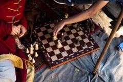 Échecs de jeu de deux hommes dehors Fin vers le haut Seulement des mains peuvent être vues photos stock