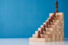Échecs en bois avec l'escalier en bois Photographie stock