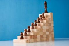 Échecs en bois avec l'escalier en bois Photos stock