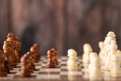 échecs en bois longitudinalement sur le conseil images stock