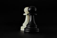 Échecs Gage blanc sur le conseil Ensemble de chiffres d'échecs Photographie stock