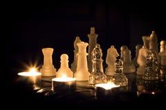 Échecs illuminés par des bougies Photo libre de droits