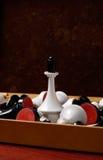 Échecs noirs et blancs dans la boîte, reine se tenant au centre Photo stock