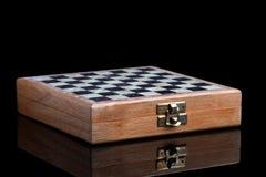 Échecs se pliants dans un cas en bois Photos stock