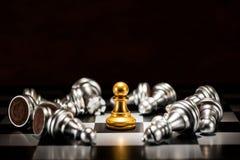 Échecs simples de gage d'or entourés par un certain nombre d'argent tombé c Photo libre de droits