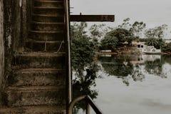 Échelle abandonnée dans le port Photographie stock libre de droits