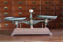 Échelle antique d'équilibre Photos stock