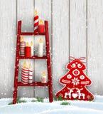 Échelle avec les bougies de Noël et la décoration rouge d'arbre illustration libre de droits