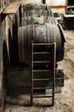 Échelle contre un baril de vin de chêne images libres de droits