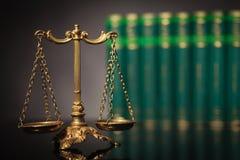 Échelle d'or antique devant une rangée des livres de loi Images libres de droits