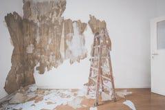 Échelle dans la chambre vide pendant la rénovation Images libres de droits