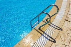 Échelle de bars d'encavateur dans la piscine photos libres de droits