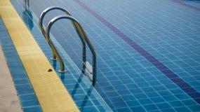 Échelle de bars d'encavateur dans la piscine photo stock