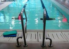 Échelle de bars d'encavateur dans la piscine images stock