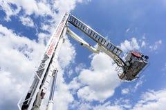 Échelle de camion d'échelle du feu sur une exposition de lutte contre l'incendie photos libres de droits