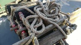 Échelle de corde sur le bateau Corde et bois Photos libres de droits