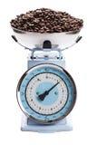Échelle de cuisine avec des grains de café photo libre de droits