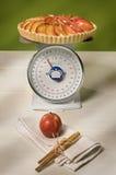 Échelle de cuisson avec la tarte de pomme Photographie stock libre de droits