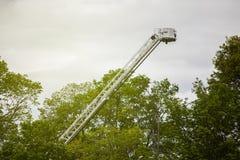 Échelle de lutte contre l'incendie prolongée au ciel image libre de droits