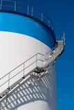 Échelle de maintenance sur un réservoir d'huile Image libre de droits