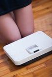 Échelle de pieds de femme et de poids corporel Photo stock