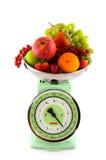 Échelle de poids avec le fruit photo stock
