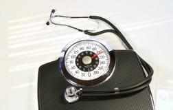 Échelle de poids avec le stéthoscope images stock