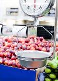 Échelle de poids sur le marché de fruit et de veg Image libre de droits