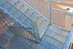 Échelle de sécurité en métal pour l'échafaudage utilisé pour la restauration d'une façade de construction image libre de droits