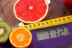 Échelle de salle de bains électronique, centimètre et fruits frais avec le stéthoscope, le régime et les modes de vie sains Image stock