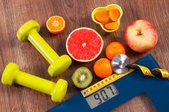Échelle de salle de bains électronique, centimètre et stéthoscope, fruits frais, haltères pour la forme physique, régime et conce Photo stock
